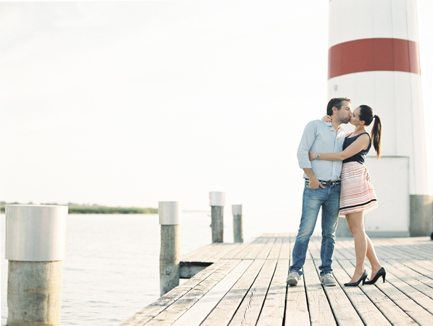nautical_engagement_session_neusiedlersee_melanienedelko_kissing_couple