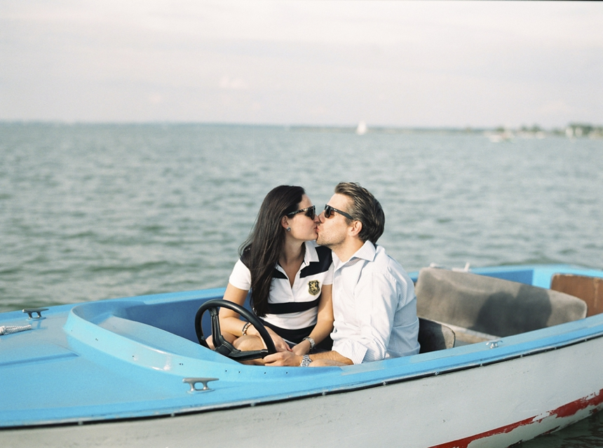 nautical_engagement_session_neusiedlersee_kissing_couple_love